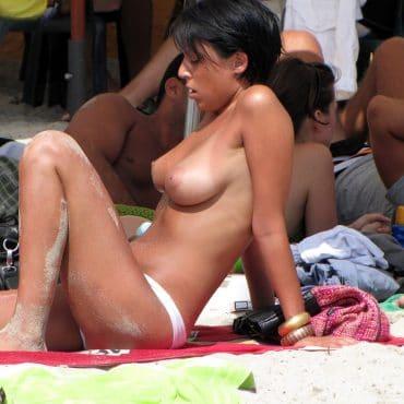 schwarzhaarige Nudisten Bilder