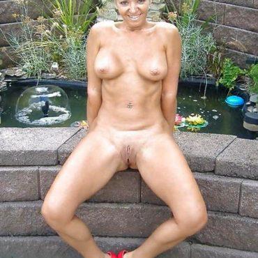 Blonde Frau oben ohne