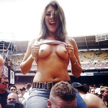 Festival nackt kleine Brüste