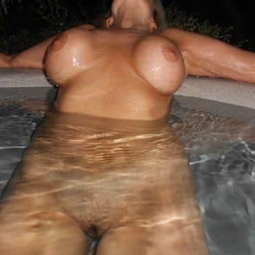 Frauen oben ohne im Pool