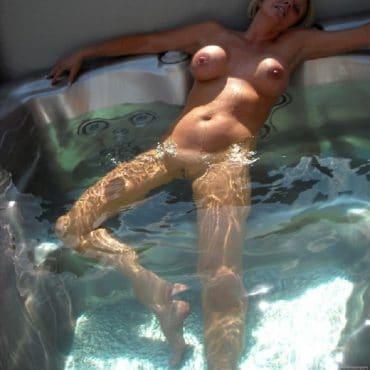 Frauen oben ohne im Whirlpool