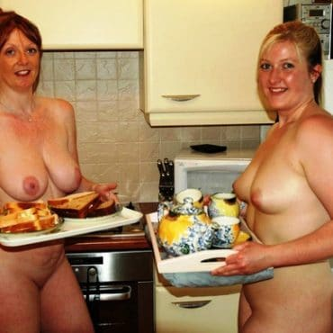 Frauen oben ohne in der Küche
