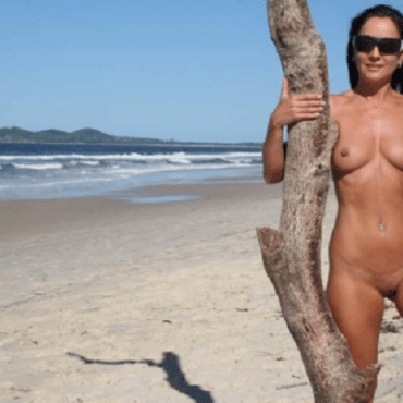 Muschi am Strand am Baum