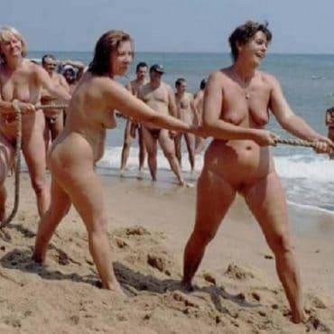 Muschi am Strand seilziehen