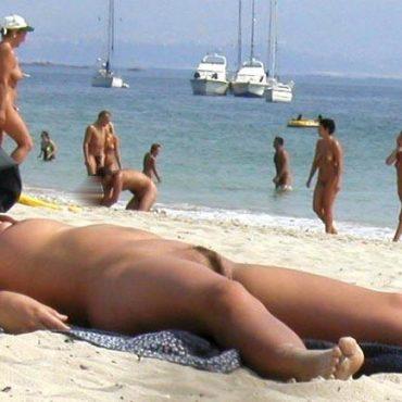 Muschi am Strand sonnt sich