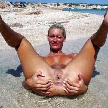 Muschi am Strand spreizen