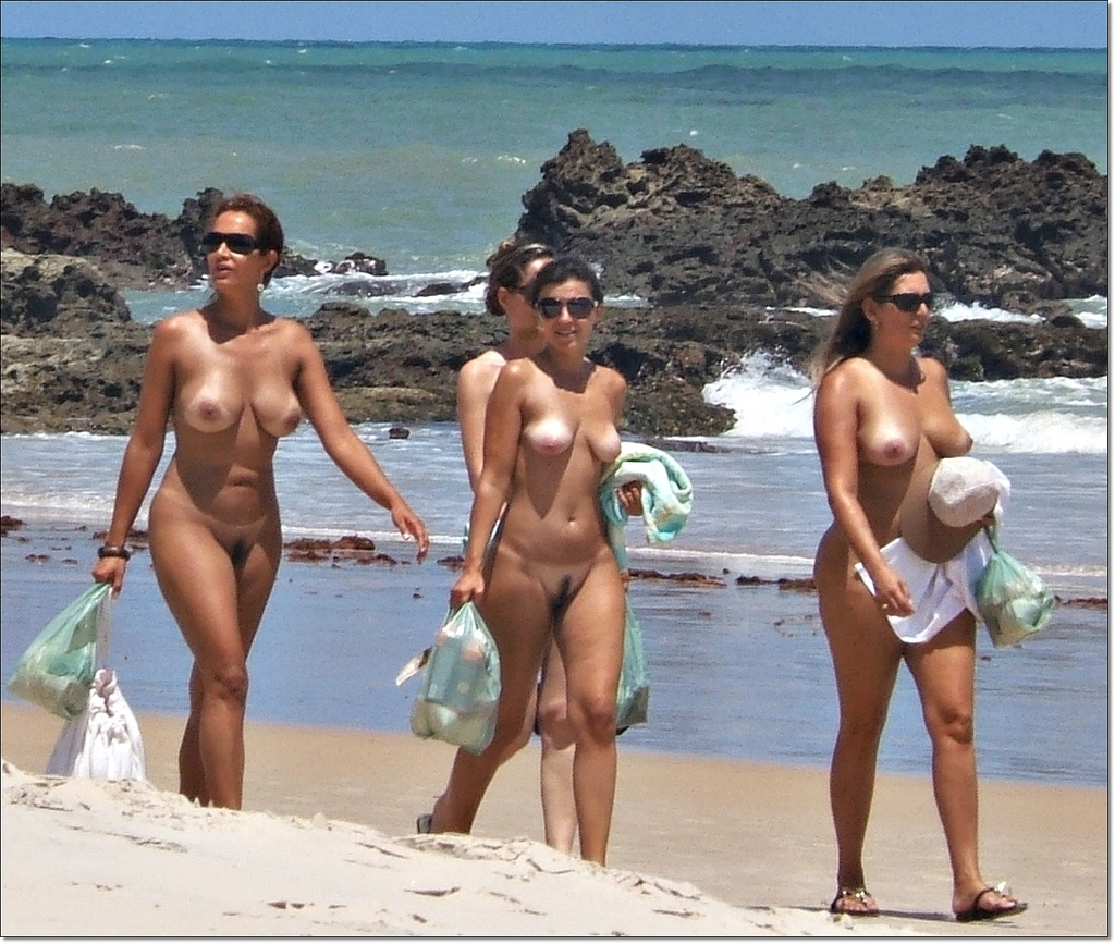 Am gruppen nackt strand Amateur Nackt