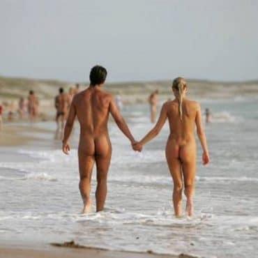Nackt Strand Händchen halten
