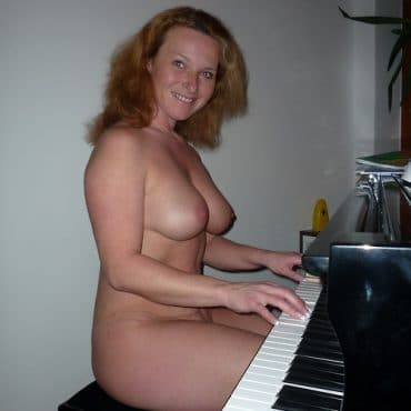 Oben ohne am Klavier