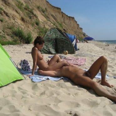 Poppen am Strand im Sand