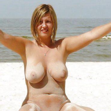 oben ohne sonnen mit Sand