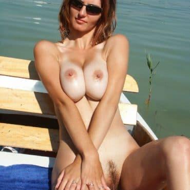 Nackt am Strand mit Titten