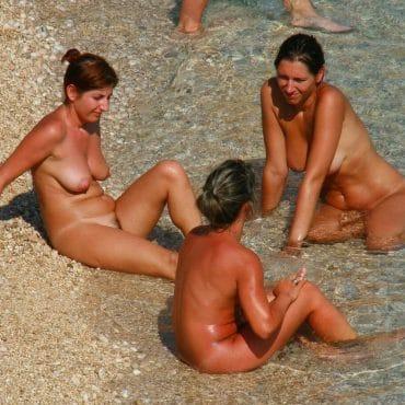 Beach Babes chillen im Wasser