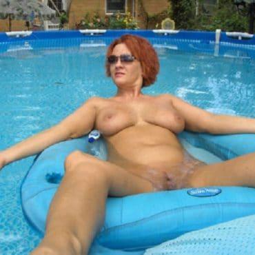 Beach Babes im Pool