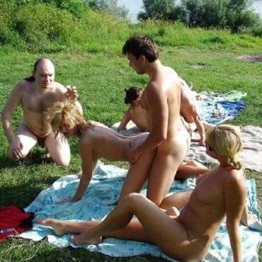 Nackt im Park Gangbang