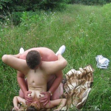 Nackt im Park lecken