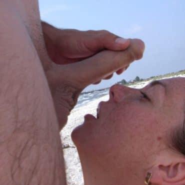 Blasen am Strand mit spritzen