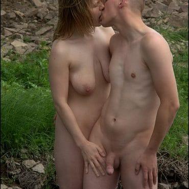 Nacktwandern und küssen