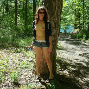 Nacktwandern vor dem Baum