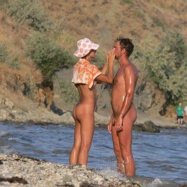 Paar am Nacktbadestrand