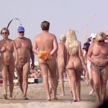 Viele Menschen Nacktbadestrand
