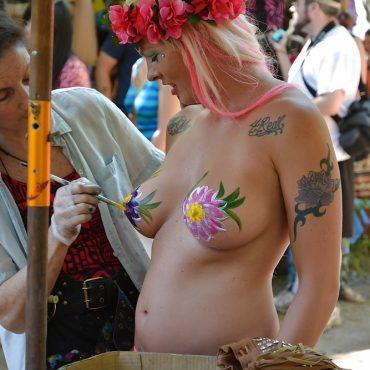 Festival Titten anmalen