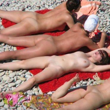 Nackte Menschen am sonnen