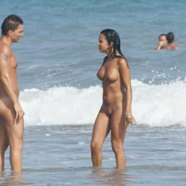 Nackte Menschen im Wasser