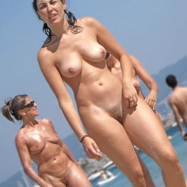 Nackte Frauen am Strand zeigen Titten