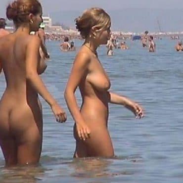 Zwei Nackte Frauen am Strand