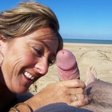 Oma Wichsen am Strand