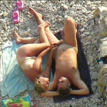 Paar Wichsen am Strand
