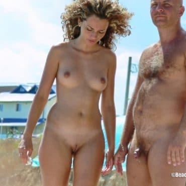 Voyeur am Strand mit Locken