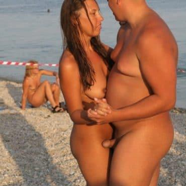 Voyeur am Strand tanzen