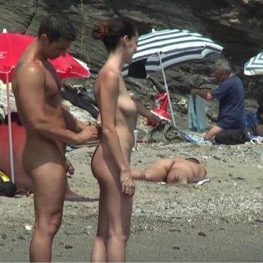 Voyeur am Strand von hinten