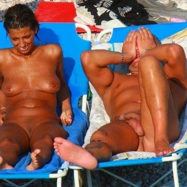 Braune Titten am Strand