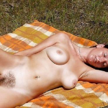 Brünette Frauen nackt am Strand
