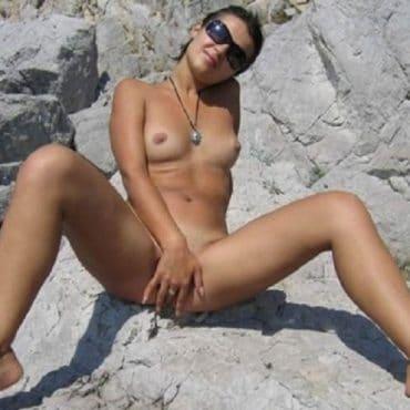 Junge frau nackt am strand