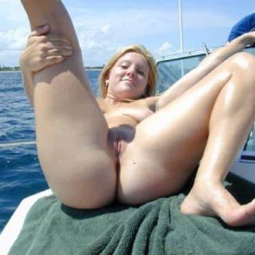 Frauen nackt am Strand auf der Yacht