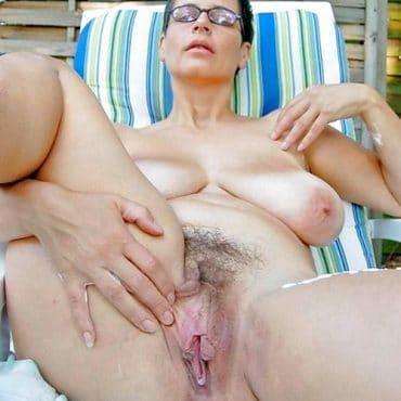 Frauen nackt am Strand behaart