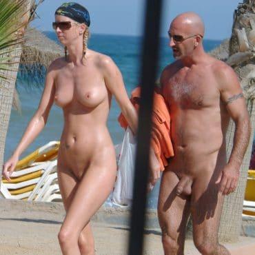 Frauen nackt am Strand mit Freund
