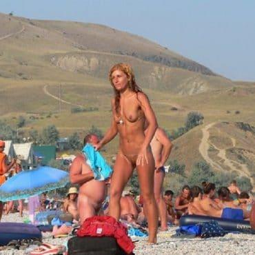 Frauen nackt am Strand werden nass