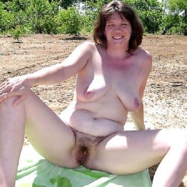Haarige Frauen nackt am Strand