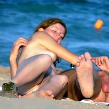 Frischer Handjob am Strand
