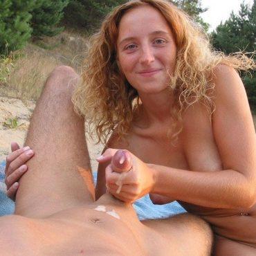 Handjob am Strand Sperma auf dem Bauch