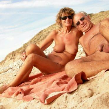 Nackt am Meer ältere