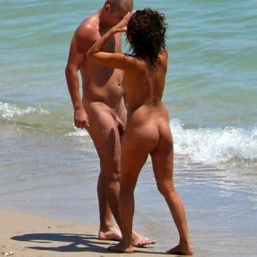 Nackt am Meer küssen