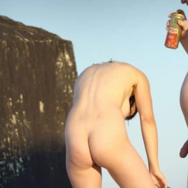 Nackt am Meer mit Latte
