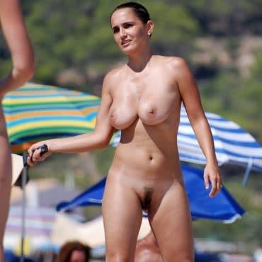 Dicke Titten spielen am Strand