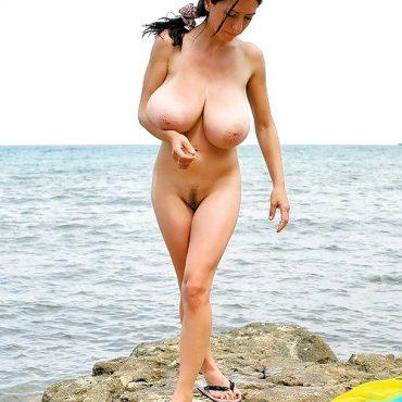 Dicke Titten stehen am Meer